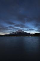 山中湖より望む日没後の富士山と金星