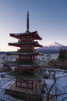 降雪後の新倉浅間公園より望む五重塔と富士山