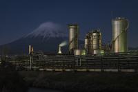 滝川土手より望む製紙工場と富士山