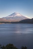本栖湖より望む冠雪した富士山 02702000149| 写真素材・ストックフォト・画像・イラスト素材|アマナイメージズ