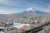 富士見孝徳公園より望む降雪後の富士吉田市と富士山 02702000164| 写真素材・ストックフォト・画像・イラスト素材|アマナイメージズ