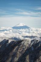 北岳より望む雲の上に聳える富士山 02702000171| 写真素材・ストックフォト・画像・イラスト素材|アマナイメージズ