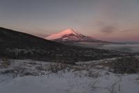 三国峠より望む雪景色と朝の紅富士 02702000184| 写真素材・ストックフォト・画像・イラスト素材|アマナイメージズ