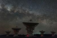 ポールワイルド天文台(Paul Wild Observatory)の電波望遠鏡と天の川 02702000187| 写真素材・ストックフォト・画像・イラスト素材|アマナイメージズ