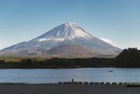 精進湖より望む富士山 02702000193| 写真素材・ストックフォト・画像・イラスト素材|アマナイメージズ