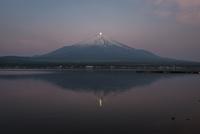 山中湖より望む富士山頂に沈む月(パール富士) 02702000216| 写真素材・ストックフォト・画像・イラスト素材|アマナイメージズ