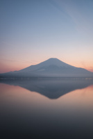 夕方の山中湖より望む富士山 02702000218| 写真素材・ストックフォト・画像・イラスト素材|アマナイメージズ