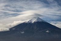 新倉山浅間公園より望む笠雲をかぶった富士山 02702000223| 写真素材・ストックフォト・画像・イラスト素材|アマナイメージズ