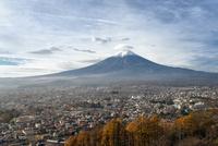 新倉山浅間公園より望む富士吉田市街越しの笠雲をかぶった富士山 02702000224| 写真素材・ストックフォト・画像・イラスト素材|アマナイメージズ