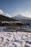 背戸山より望む雪景色と富士山 02702000232| 写真素材・ストックフォト・画像・イラスト素材|アマナイメージズ