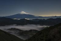 清水吉原より望む月光に照らされた富士山 02702000272| 写真素材・ストックフォト・画像・イラスト素材|アマナイメージズ