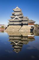 お堀に映り込む松本城 02702000277| 写真素材・ストックフォト・画像・イラスト素材|アマナイメージズ