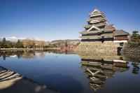 お堀に映り込む松本城 02702000278| 写真素材・ストックフォト・画像・イラスト素材|アマナイメージズ