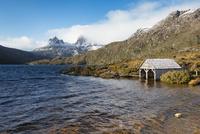 タスマニアのダヴ湖より望むクレイドルマウンテン(Cradle Mountain, Tasmania) 02702000279| 写真素材・ストックフォト・画像・イラスト素材|アマナイメージズ