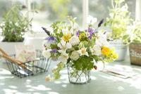 初夏の窓辺に飾った白バラとハーブの草花アレンジ