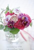 グラスに生けたピンクのビオラとランンキュラスのミニブーケ 02705000079| 写真素材・ストックフォト・画像・イラスト素材|アマナイメージズ