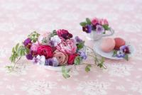 アスティエ・ド・ヴィラットの器にあしらったピンクのラナンキュラスとビオラ 02705000087| 写真素材・ストックフォト・画像・イラスト素材|アマナイメージズ