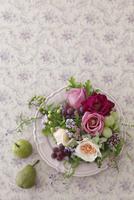 ピンクのお皿にあしらったバラのアレンジ 02705000114  写真素材・ストックフォト・画像・イラスト素材 アマナイメージズ
