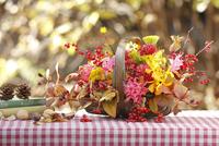 紅葉の庭に飾った秋のバスケットアレンジ 02705000195| 写真素材・ストックフォト・画像・イラスト素材|アマナイメージズ