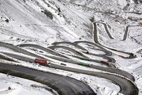 ポルティージョの雪山と道路