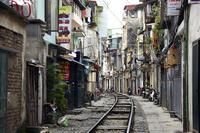 ベトナム、ハノイ旧市街の線路 02728000070| 写真素材・ストックフォト・画像・イラスト素材|アマナイメージズ