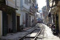 ベトナム、ハノイ旧市街の線路 02728000075| 写真素材・ストックフォト・画像・イラスト素材|アマナイメージズ