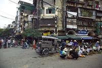 ベトナム、ドンスアン市場周辺の行商人