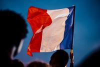 フランス大統領選挙で国旗を振る男 02738000381  写真素材・ストックフォト・画像・イラスト素材 アマナイメージズ
