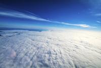 曇り空を超えた上空から撮影した景色 航空機程度の高度から 風船宇宙撮影 02740000029| 写真素材・ストックフォト・画像・イラスト素材|アマナイメージズ