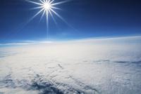 航空機の飛行高度で撮影した大空と雲 晴天の空に輝く太陽 北海道上空