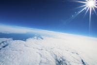 航空機の飛行高度で撮影した大空と雲 晴天の空に輝く太陽 北海道上空 02740000032| 写真素材・ストックフォト・画像・イラスト素材|アマナイメージズ