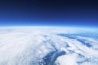 白い雲と黒い宇宙 地球と宇宙の境界 バルーンによる宇宙 ふうせん宇宙撮影 02740000034| 写真素材・ストックフォト・画像・イラスト素材|アマナイメージズ