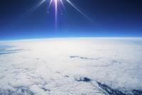 成層圏の入り口から撮影した雲海と地球の境界 晴天の空に輝く太陽 北海道上空 02740000047| 写真素材・ストックフォト・画像・イラスト素材|アマナイメージズ