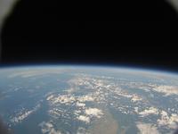 風船で撮影した地球と宇宙 札幌上空34kmより 北海道西部と本州北部までが写る 風船宇宙撮影