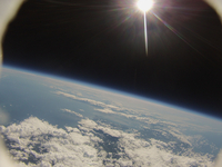 風船カメラがとらえた宇宙と地球 西の空には太陽が輝く
