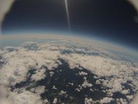 風船カメラの撮影した成層圏からの雲海と山々