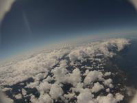 雲の合間から見える余市市街地 陸地にかかる綿雲 夏の空