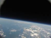 風船で撮影した地球と宇宙 札幌上空34kmより 北海道北部、稚内から知床・根室までが写る