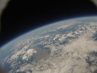 風船で撮影した地球と宇宙 札幌上空34kmより 稚内から知床・根室までが写る