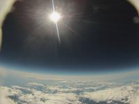 雲を抜けた先に広がる世界 成層圏から見た昼でも暗い空