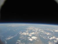昼間に広がる暗闇の空 札幌上空から樺太(サハリン)が見える 宇宙と地球の撮影