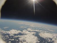 風船カメラがとらえた宇宙と地球 西の空には太陽が輝く 北海道上空