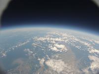 風船カメラがとらえた宇宙と地球 西の空には太陽が輝く 日本海に注ぐ石狩川
