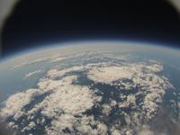 青から黒に変わる地球との境界 水平線の果ての宇宙