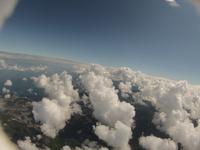 海岸線に並ぶ綿雲