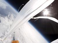 宇宙を舞う白いカーテンのようなバルーンの破片 スペースバルーン 上空30000mで撮影した宇宙と地球