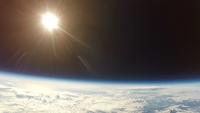 西日を受けて煌めく地球 地球の果てから風船で
