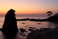 秋谷海岸より夕焼けと富士山を望む