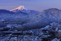 岩殿山より大月市の雪景色と紅富士を望む