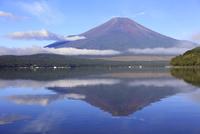 山中湖より逆さ富士を望む